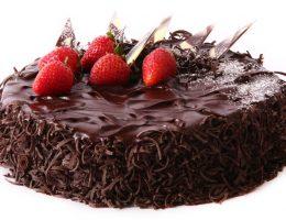 Миниатюра к статье Шоколадный бисквит с творожно-сливочным кремом и клубникой