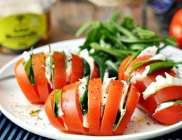 Миниатюра к статье Необычный салат «Капрезе» в помидоре