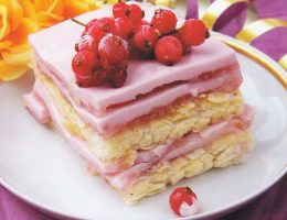 Миниатюра к статье Слоеный торт со свежими ягодами