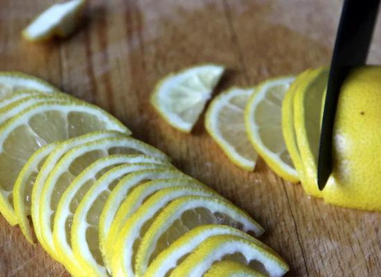 половину лимона нарежьте дольками